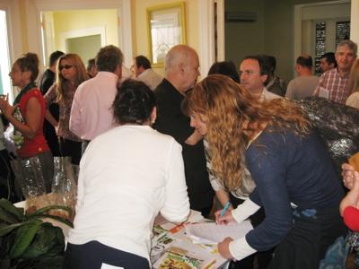 Mucha gente en la mesa de Cocina Viva